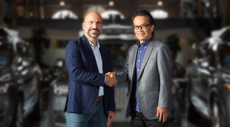 提携を発表した(左)ウーバーのコスロシャヒCEOと(右)トヨタの友山茂樹副社長